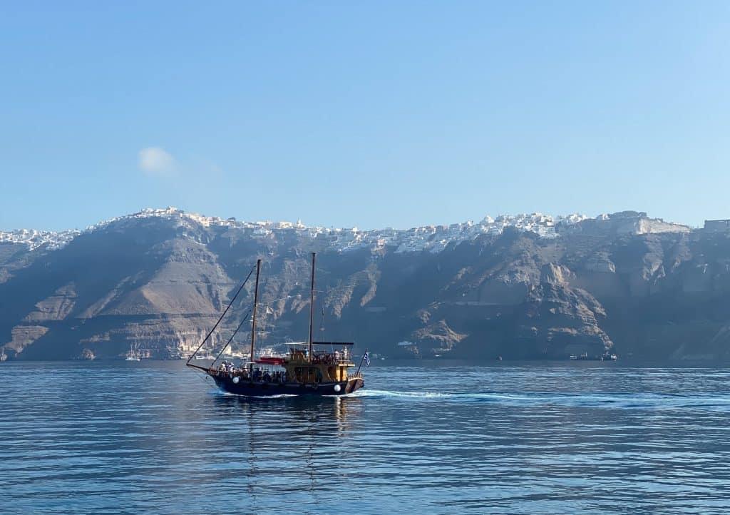 promenade en bateau dans la caldera